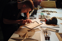 今回の披露会にあわせて、ロールス・ロイスの職人も来日。ウッドパネルの加工をはじめとするインテリア製作の様子を実演した。