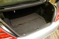 ハイブリッドシステムがすべてエンジンルーム内に収まるため、荷室は標準モデルと全く同じ容量となる。