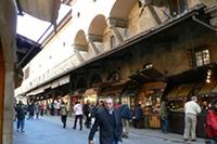 ポンテ・ヴェッキオには金細工の店が並んでいます。スリのメッカでもあります。