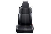 シートはサイドサポートを張り出させたり、クッションを固くしたりしてドライバーの体を固定するのではなく、ドライバーとの接触面積を広げることでフィット感を高める設計となっている。