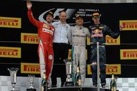 第3戦中国GPを制したメルセデスのニコ・ロズベルグ(写真右から2番目)、2位に入ったフェラーリのセバスチャン・ベッテル(左端)、3位に終わったレッドブルのダニール・クビアト(右端)。(Photo=Ferrari)