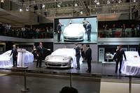 世界初公開されたポルシェの4ドア4シーターモデル「パナメーラ」。