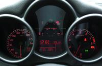 スピードメーターは、300km/hスケール。トリップやドアの閉め忘れ等の警告を表示する「マルチファンクションディスプレイ」が、中央に配される。