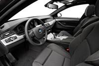 ホールド性を高めたスポーツシートが運転席と助手席に装着される。