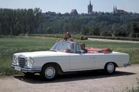 「メルセデス・ベンツ280SE カブリオレ」 いわゆる「縦目ベンツ」で、このモデルは1968年から生産された。2.8リッターエンジンを搭載し、クーペバージョンもある。1972年にフルモデルチェンジされ、初代「Sクラス」が登場する。