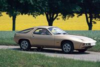 「ポルシェ928」     1977年に「911」に代わるモデルになることを期待されて登場したグランドツアラー。水冷のV8エンジンをフロントに搭載し、トランスアクスルを介して後輪を駆動する。911の愛好者からは高い評価を受けることなく、1995年に生産が中止された。