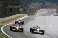 トヨタのティモ・グロック(右)は、劇的な幕切れを演出したひとり。グロックはレース終盤の雨でドライタイヤを履き続け4位に順位をあげていた。その背後にはハミルトン5位、ベッテル6位。残り2周、勢いづくベッテルがハミルトンを抜き、ハミルトンの手からタイトルがこぼれ落ちそうになったファイナルラップ、濡れた路面に足をすくわれたグロックが失速、ハミルトンが5位の座を取り戻しチャンピオンとなった。(写真=Toyota)