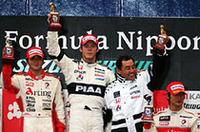 左から、2位ゴールの本山、優勝したロッテラーとチームボスの中嶋悟、そして3位に入った井出。