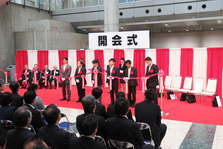 「スマートコミュニティJapan2016」は、次世代エネルギーやスマートコミュニティーにまつわる技術、製品を紹介する展示会である。今回は生産技術を紹介する「スマートファクトリーJapan2016」も併催された。写真は展示場の前で催された開会式の様子。
