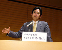 (写真上下)研究結果をリポートする、東北大学加齢医学研究所の川島隆太教授。