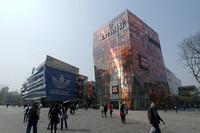 「北京の六本木」と呼ばれる三里屯の大型ショッピングモール。日本のユニクロも出店している。