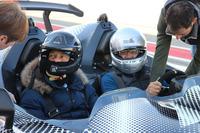 「ストラダーレ」専用のヘルメットを供給するスティーロをかぶって、いざ、コックピットへ。助手席に座っているのはレーシングドライバーのルイス・ビコッキ(左)。「ケーニグセグ・アゲーラ」の世界最高速テストを担当するなど、恐れを知らない開発テストドライバーとしても名高い。