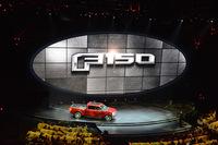 マイナーチェンジを受けた「フォードF-150」が発表される様子。フォードの「Fシリーズ」は、長年にわたり米国において販売台数ナンバーワンの座を守り続けている。