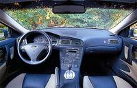 革とファブリックのコンビネーションシート。センターコンソールは、ドライバー側を向いている。