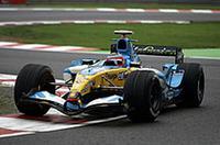 """予選4位から2位表彰台へ。ポールシッターのファン・パブロ・モントーヤが戦列を去ったことで、3位でよし、と思っていたアロンソに、2位のポジションが""""プレゼント""""された。アロンソはポイントを111点とし、ライバルのライコネンとの差は25点となった。次戦ブラジルGPで初タイトル獲得に挑む。(写真=ルノー)"""
