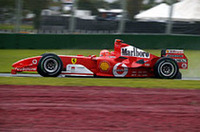 ミハエル・シューマッハー(写真)は、予選1回目の雨に翻弄されたドライバーのひとり。大幅に遅れたタイムだったため、エンジンを交換し、後ろから2列目という後方からスタート。レースではニック・ハイドフェルドとの接触でリタイアした。王者の速さに陰り?いや、そう言い切るには、シーズンはまだ若すぎる。チームメイトのルーベンス・バリケロは、ミハエル同様、昨年型マシンの改良版で、9番グリッドから2位に入っている。(写真=フェラーリ)
