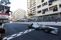 """前戦スペインGP後、ピレリからのオファーで極秘に3日間・1000kmにおよぶタイヤテストを行ったことが判明したメルセデス。""""黒い疑惑""""にライバルの不満は爆発、レッドブルとフェラーリは正式に抗議することとなったが、コース上のロズベルグの勝利は完勝といっていいものだった。ポールポジションからの危なげないレース運びで、2度のセーフティーカー、1回の赤旗中断と度々リードタイムを帳消しにされながらもその度に後続を引き離すことができた。父ケケが成し遂げたモナコ優勝を、30年後に息子がやってのけた。(Photo=Mercedes)"""