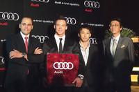 タグ・ホイヤージャパンのゼネラルマネージャー、アントワーヌ・パン氏(一番左)、アウディジャパン大喜多寛社長(一番右)と両選手。