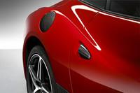 特別装備は、カーボン製フューエルフィラーフラップ、カーボンルックドアハンドル、カーボン製サイドスカート、鍛造ダイヤモンドポリッシュホイールチタンボルトのセット、赤色ホイールキャップ、カーボンファイバーリヤモールディング、フェラーリロゴ、ブレーキキャリパーロッソ、カーボンファイバードライバーゾーン、レブカウンターイエロー、ダイヤモンドスタイルシート、ドアパネル中央ダイヤモンドスタイル、パイピングロッソ、ステッチロッソ、iPodコネクションの15アイテム。
