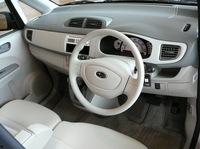 いわゆる軽自動車な親しみやすさを狙った「ステラ」のインテリアは、明るい色づかい。コンポーネントの多くは、R1、R2と共用している。