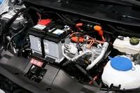 ドライブトレインは通常のエンジンルームに、バッテリーは床下にそれぞれきっちり収まるおかげで、室内に空間的な犠牲が出ていない。