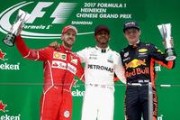F1第2戦中国GPを制したメルセデスのルイス・ハミルトン(写真中央)。開幕戦ウィナー、フェラーリのセバスチャン・ベッテル(同左)は2位、レッドブルのマックス・フェルスタッペン(同右)は16番グリッドから見事3位表彰台を獲得した。(Photo=Red Bull Racing)