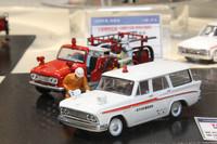 マニアックな国産旧車をラインナップしている「トミカ・リミテッド・ヴィンテージ」は、「プリンス・スカイウェイ」(スカイラインのバン、しかもよりマニアックな初代の最終型)をベースにした救急車を発表。後ろに見えるのは、小型ボンネットトラックの「日産ジュニア」の消防車。「トミカ」と同じ1/64スケールで、この再現度!