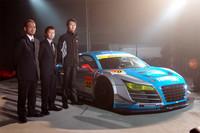 「アウディR8 LMS ultra」で今年のSUPER GTに参戦する、チーム「apr」の面々。写真左から、チーム代表の金曽裕人氏、ドライバーの岩崎祐貴選手、同じくドライバーの坂本雄也選手。