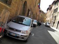 旧市街は道が狭く、車庫も小さいのでコンパクトなクルマが多い。