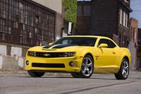 依然として根強い人気を誇るアメリカンなGM車。こちらはスポーツクーペの「シボレー・カマロ」、大柄なボディーを、3.6リッターもしくは6.2リッターのエンジンで動かす。