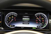 走行モードは、エンジンとモーターを併用する「ハイブリッド」や、走行中にエンジンを使って充電する「チャージ」など4種類(写真中央に表示)が用意される。