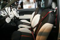 シートは、グッチ独自のストライプをあしらったフラウレザーのツートンタイプ。シートベルトもストライプになる。