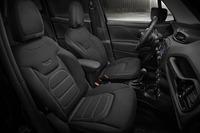「ジープ・レネゲード」に内外装を黒でまとめた限定車の画像