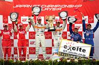GT500クラスのポディウム。1位No.8 ARTA NSX(伊藤大輔/ラルフ・ファーマン組)、その左の2位No.22 MOTUL AUTECH Z(ミハエル・クルム/リチャード・ライアン組)、そして右の3位No.12カルソニックインパルZ(ブノワ・トレルイエ/星野 一樹組)。