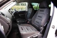 スポーツ&スタイルは、ファブリック&アルカンターラのスポーツシートを標準装備。オプションで、レザーシートやシートヒーターが選べる。