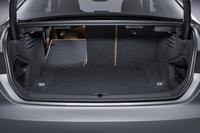 荷室の様子。3分割式のシートを倒すことで容量を拡大できる。