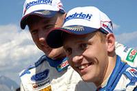 ミッコ・ヒルボネン(右)が2位に入ったことで、フォードは1-2フィニッシュを達成。結果、シトロエンのセミワークス、クロノス・レーシングを追い抜き、フォードはマニュファクチャラーズランキング首位に躍り出た。