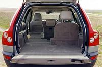フラット&スクウェアなラゲッジスペース。3列目シート使用時、荷室は開口110cm、奥行き50cm、高さ80cm。3列目を畳めば奥行きは120cm、2列目も収納すると195cmとなり、容量は最大1837リッターに拡大される。助手席シートバックをレバーで前に倒せば、2m近い長尺物も積める。