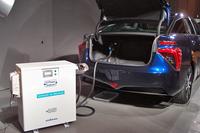 「ミライ」は、電力の供給源としても活用できる。写真は、荷室内のDCコンセントから給電器に電力を取り出す再現イメージ。