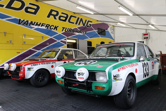 「スパ・マスターズ 70'sセレブレーション」レースに出場した2台の「マツダR100」。