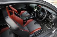 「SPIRIT R」には6MTと6ATが用意され、装備が一部異なっている。テスト車は6MTで、アルミペダルや赤と黒のバケットシートが装着されている。アルパイン製HDDナビ(27万9000円)はショップオプション。