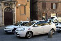 筆者が住むシエナでもプリウスタクシーの台数が増えてきた。