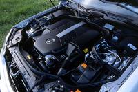 「ツインスパーク」ならぬ「デュアルイグニッション」と呼ばれる、気筒当たり2本のプラグをもつV8。V6ともに、ペダル操作を電気的にスロットル開度に反映する「ドライブ・バイ・ワイヤ」を採用。ペダル踏み込み量や加速度から、ドライバーの望む運転スタイルを読みとる学習機能付きだ。