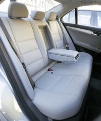 """後席のシート形状は旧型のそれを引き継いでいる。掛け心地も引き続き上々である。ヘッドレストは少し厚みが増して立派になったように見えるが、追突の際に瞬時に前へ移動し乗員の頭を支える安全機構""""NECK-PRO""""はフロントシートのみの装備(リアはオプションでもなし)。ちなみにリアのエアバッグはウィンドー・エアバッグが標準、サイドエアバッグはオプションである(すべて欧州仕様)。"""