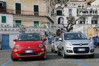「フィアット500」(写真左)。マイナーチェンジ後の最新型は、レンタカー用として早速各地で大量導入されている。