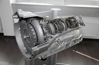 日本仕様では標準となる6段オートマチックトランスミッション。進化した油圧 システム、トルコン、ソフトウェアなどにより、リアクションとシフトタイム はコンベンショナルなATより50%速くなったという。