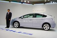 発表会では、トヨタ自動車の豊田章男副社長(写真左)が挨拶。国内での好評に触れつつ「新しいプリウスは取り扱い国を80カ国へと倍増させる」と語気を強めた。