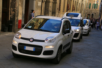 シエナ旧市街を行く「パンダ」。乗っていたのは2人の修道女であった。質素な生活をよしとする修道院の足としても、イタリアでパンダは定番である。