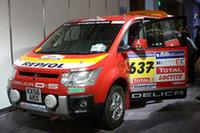 リスボンからダカールまで、砂漠やサバンナを8000km以上走破した「ダカールラリー・サポートカー」のD:5も展示された。