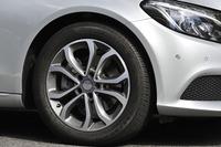 「C220dアバンギャルド」には、写真の5スポーク17インチアルミホイールが与えられる。別途オプションとして、18インチの「AMG 5スポークアルミホイール」も用意される。